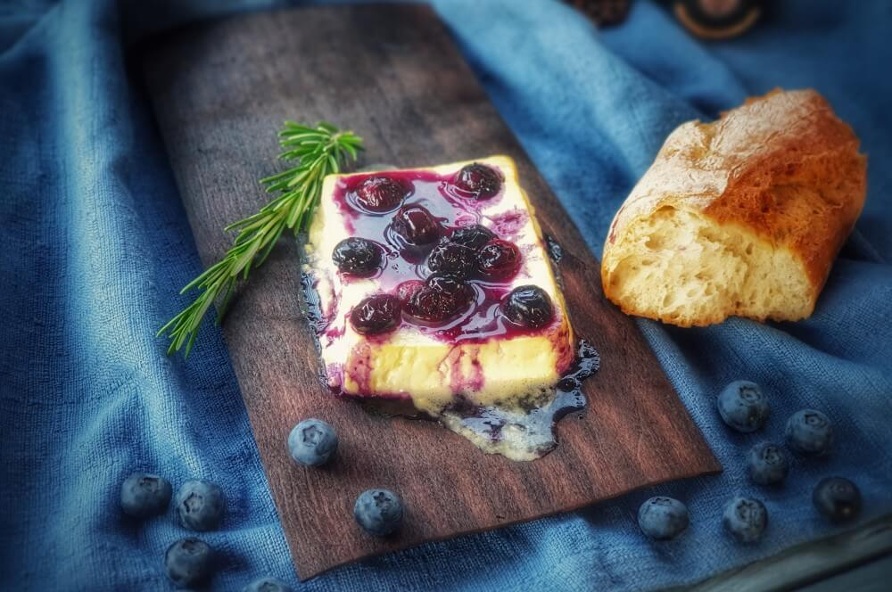 Gegrillter Feta mit Blaubeeren auf der Holzplanke gegrillter feta-Gegrillter Feta Kaese Planke Blaubeeren 03-Gegrillter Feta Käse mit Blaubeeren von der Planke