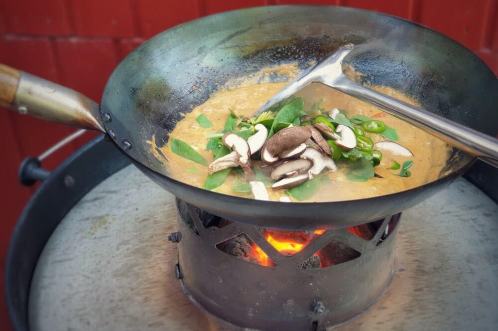 Das Gemüse wird nach und nach in den Wok gegeben rotes thai curry-Rotes Thai Curry Wok 03-Rotes Thai Curry aus dem Wok