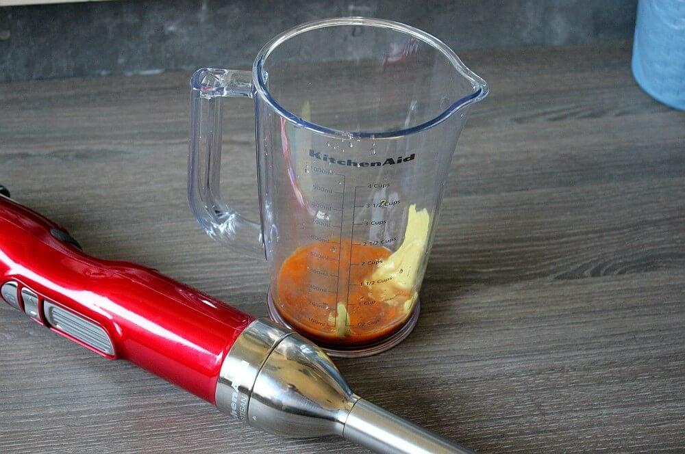 Die Chili-Mayonnaise wird zubereitet chili-mayonnaise-Chili Mayonnaise 02-Chili-Mayonnaise – Rezept für selbstgemachte Mayo mit Jalapeños