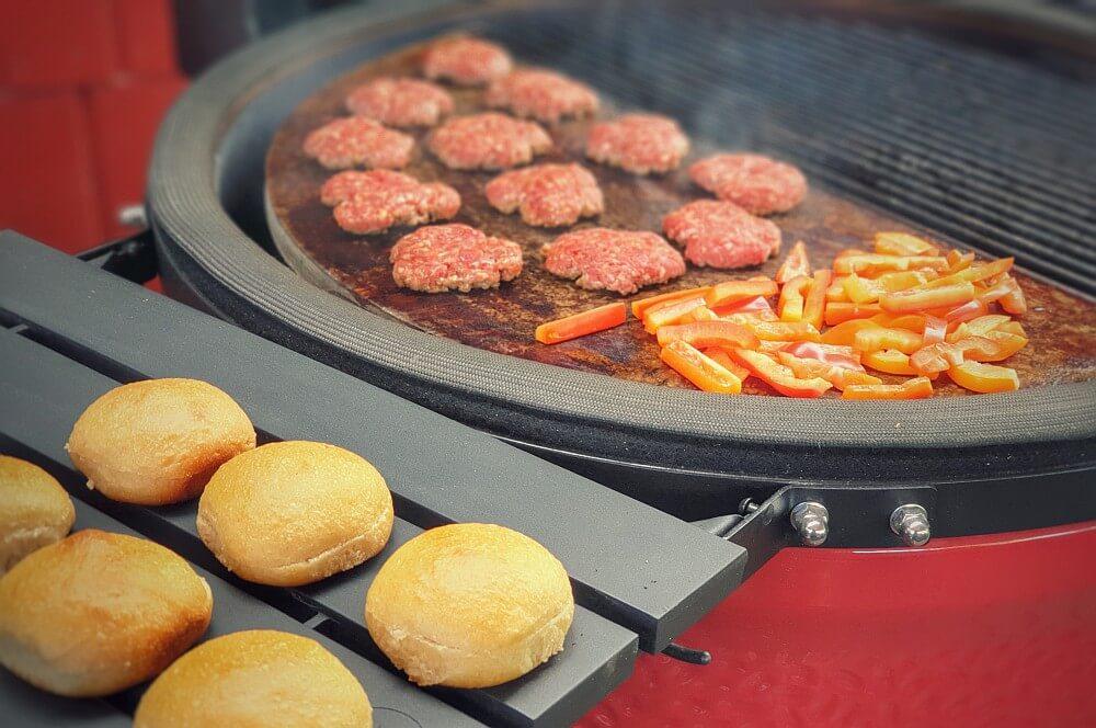 Die Slider Burger werden gegrillt slider burger-Slider Burger Mini Cheeseburger Chips Cheddar 02-Slider Burger – Mini-Cheeseburger mit Chips und Cheddar slider burger-Slider Burger Mini Cheeseburger Chips Cheddar 02-Slider Burger – Mini-Cheeseburger mit Chips und Cheddar