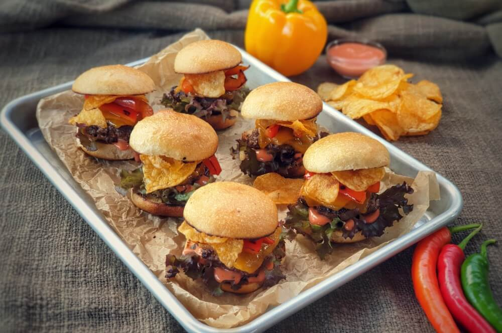 Slider Burger mit Cheddar und Kartoffelchips slider burger-Slider Burger Mini Cheeseburger Chips Cheddar 03-Slider Burger – Mini-Cheeseburger mit Chips und Cheddar