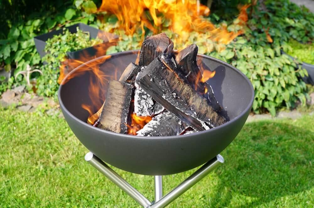 Die Bowl wird zum ersten Mal befeuert höfats bowl-Hoefats Bowl Feuerschale Grill Plancha 08-Höfats Bowl – multifunktionale Feuerschale, Grill und Plancha