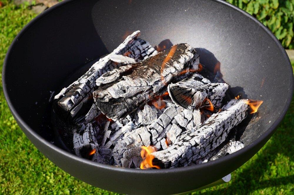 Auf der Glut wird gegrillt höfats bowl-Hoefats Bowl Feuerschale Grill Plancha 09-Höfats Bowl – multifunktionale Feuerschale, Grill und Plancha