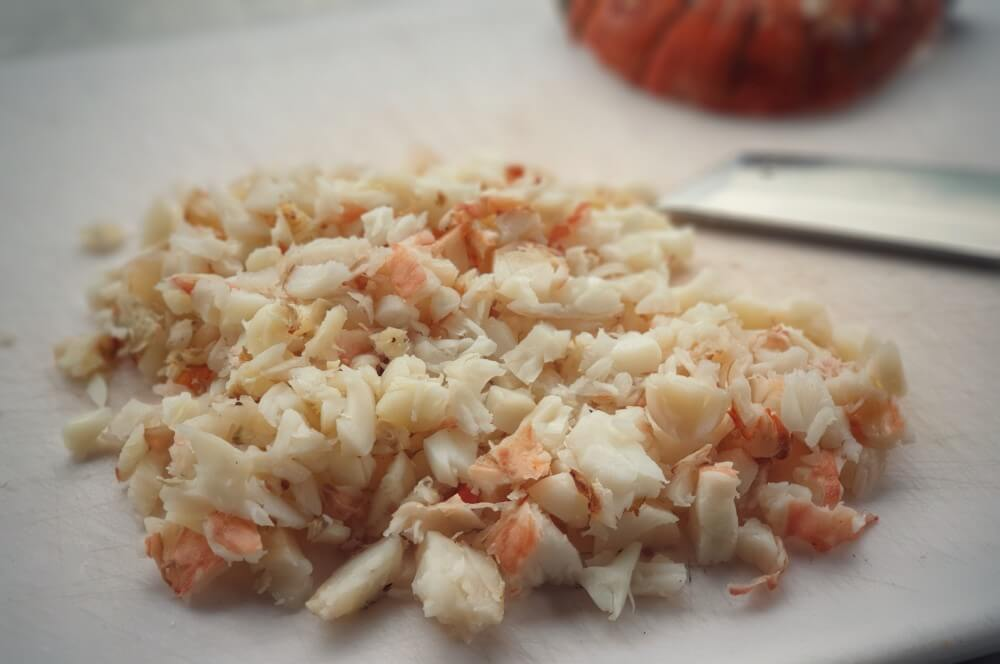 Das Langustenfleisch wird klein geschnitten lobster mac and cheese-Lobster Mac and Cheese 05-Lobster Mac and Cheese – Käse-Makkaroni mit Languste