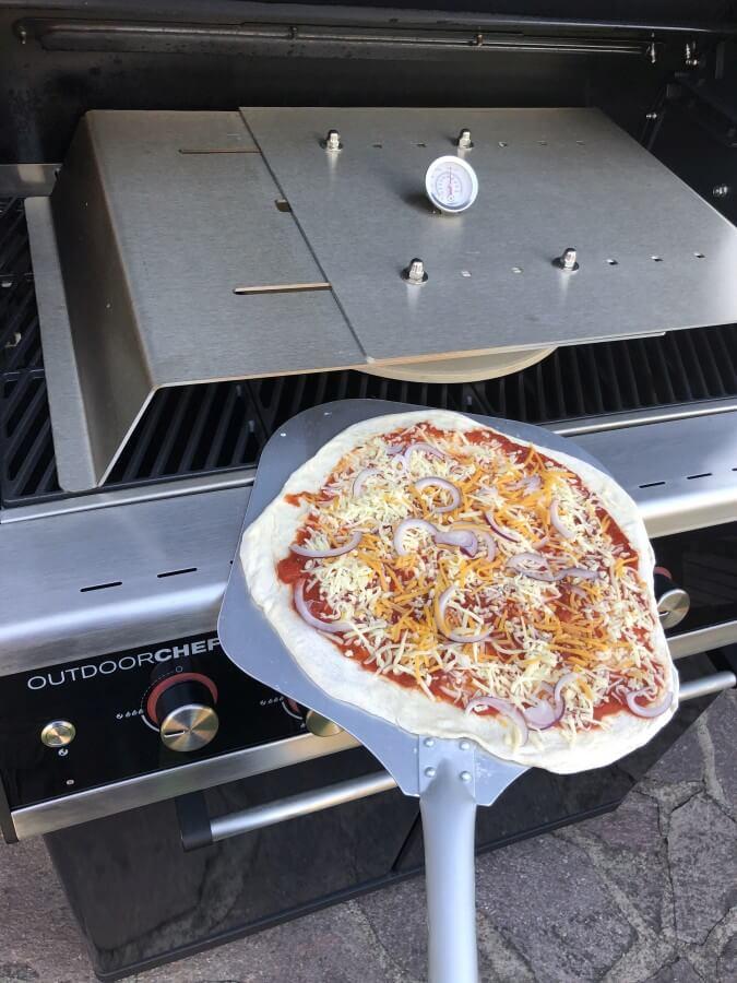 Die Pizza wird eingeschoben steak-pizza-Steak Pizza 06-Steak-Pizza – Pizza mit Steakstreifen und Chimichurri