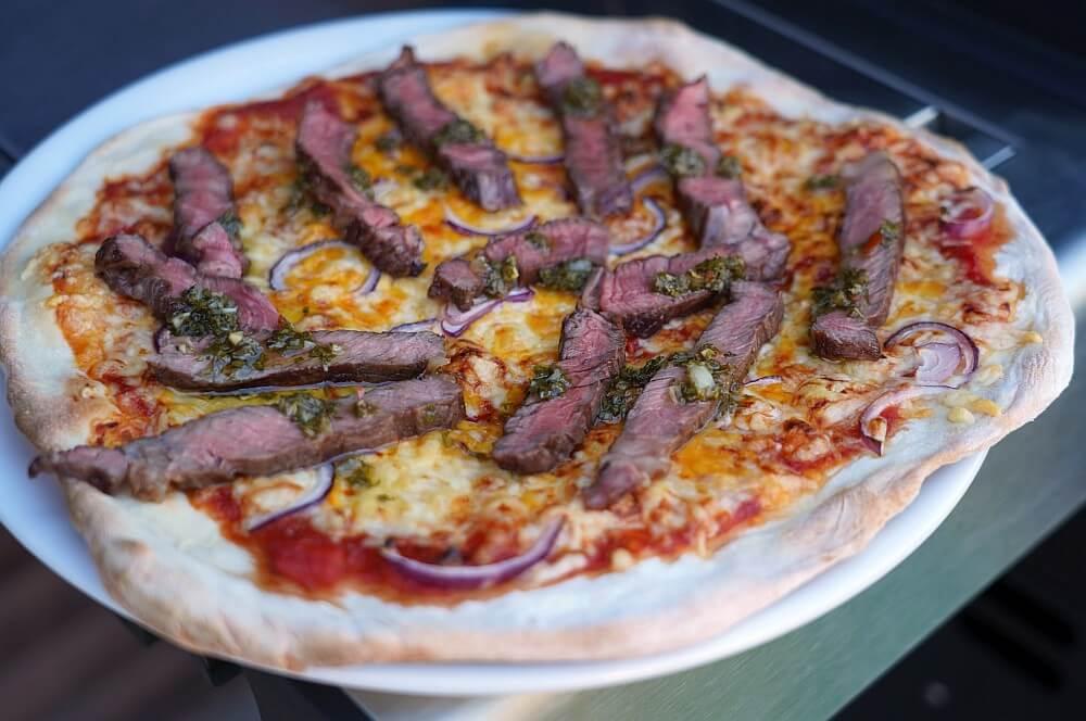 Die fertige Steak-Pizza  steak-pizza-Steak Pizza 07-Steak-Pizza – Pizza mit Steakstreifen und Chimichurri
