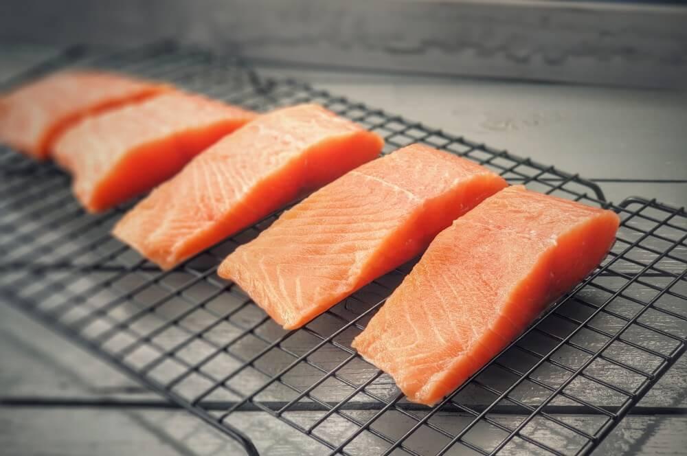 Der Lachs muss nach der Brine rund 2 Stunden trocknen candy salmon-Candy Salmon Kandierter Lachs 03-Candy Salmon – Kandierter Lachs aus dem Rauch