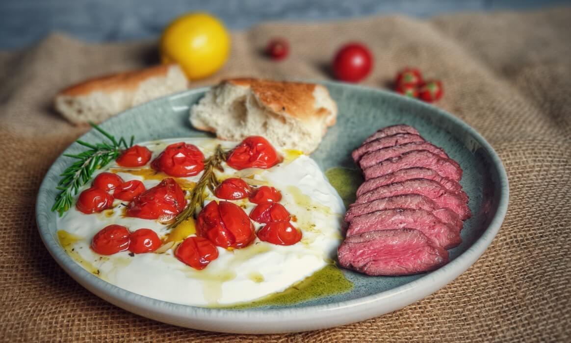 Hanging Tender Onglet -Hanging Tender Onglet heisse Tomaten kalter Joghurt-