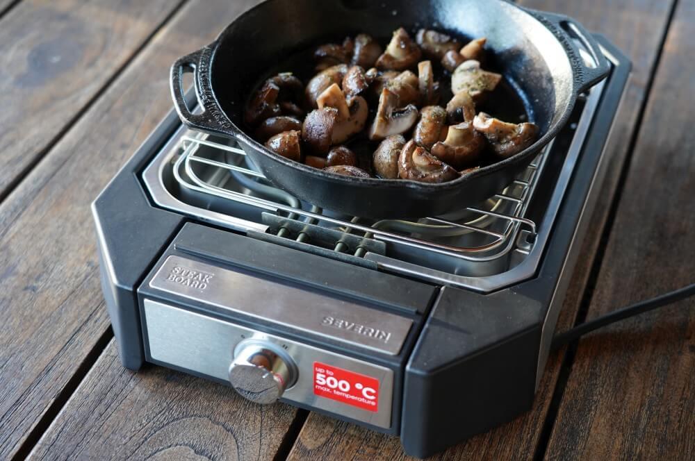 Auch Beilagen in der Pfanne lassen sich auf dem Steakgrill zubereiten severin steakboard-Severin Steak Board Test 07-Severin Steakboard im Test – Schafft der Steakgrill wirklich 500°C?