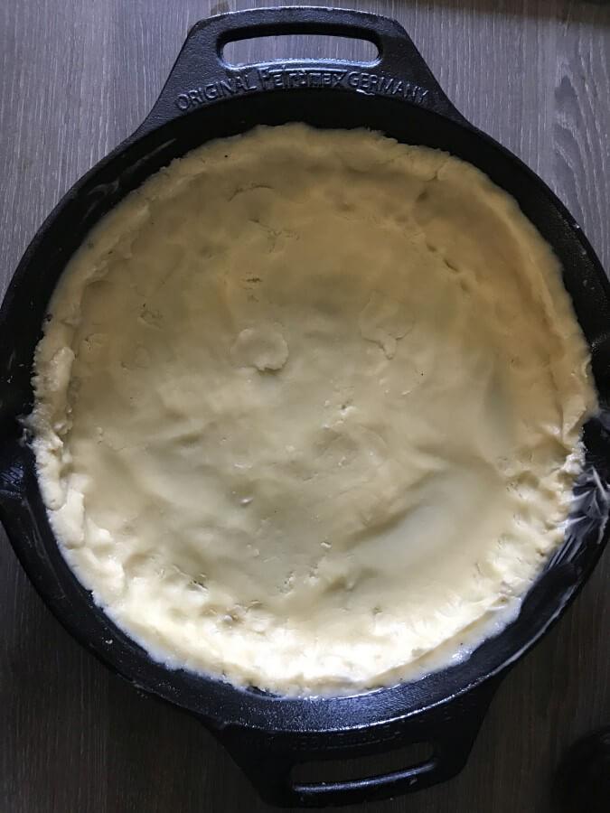 Der Teig wird in der Gusspfanne angedrückt zwetschgenkuchen-Zwetschgenkuchen Rezept 03-Zwetschgenkuchen aus der Feuerpfanne