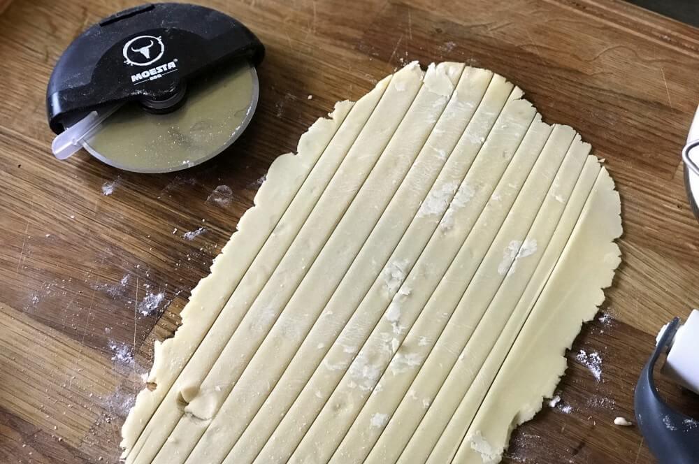 Der restliche Teig wird in 1 cm breite Streifen geschnitten zwetschgenkuchen-Zwetschgenkuchen Rezept 04-Zwetschgenkuchen aus der Feuerpfanne