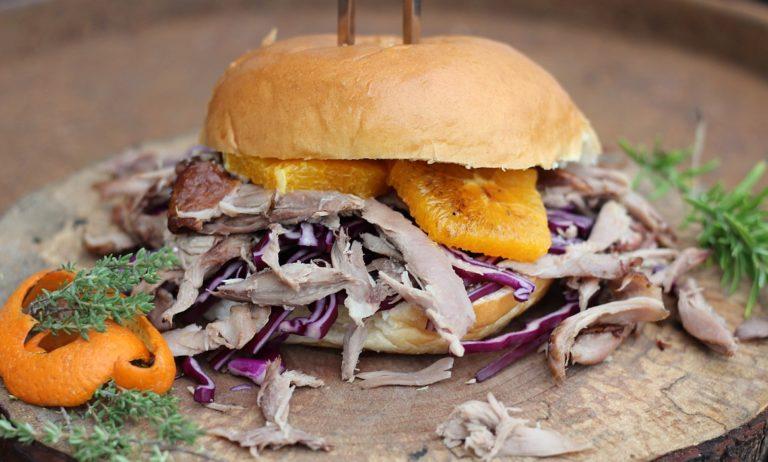 Pulled Duck Burger mit gebratenem Kohl und Orangen