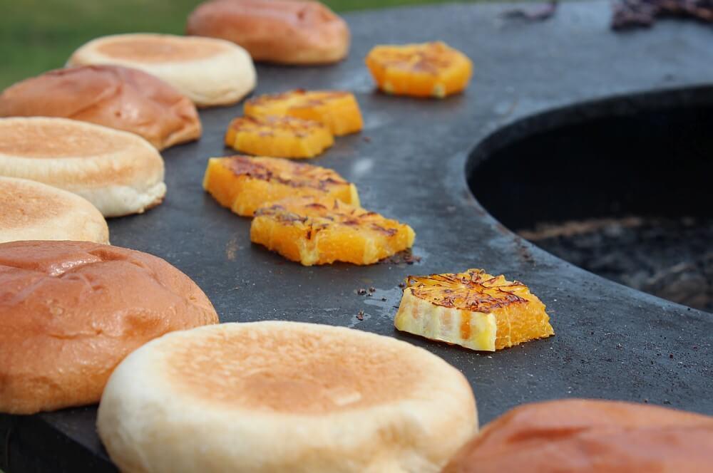 Burger Buns und Orangenscheiben werden angeröstet pulled duck burger-Pulled Duck Burger 04-Pulled Duck Burger mit gebratenem Kohl und Orangen