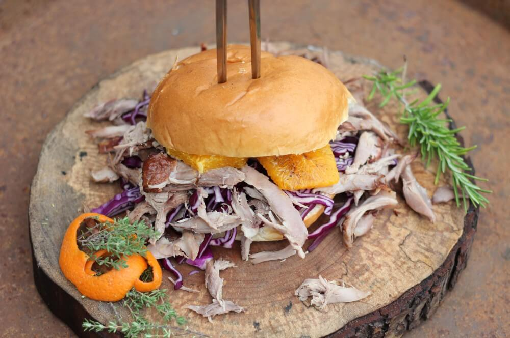 Pulled Duck Burger pulled duck burger-Pulled Duck Burger 05-Pulled Duck Burger mit gebratenem Kohl und Orangen
