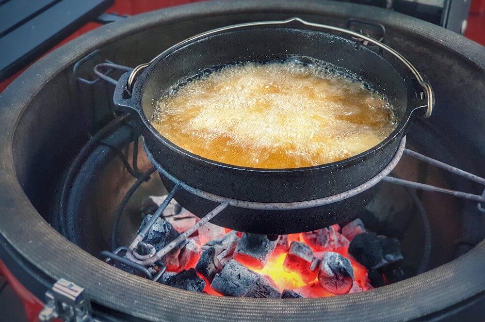 Die Langusten-Nuggets werden frittiert langusten-nuggets-Langusten Nuggets 03-Frittierte Langusten-Nuggets aus dem Dutch Oven