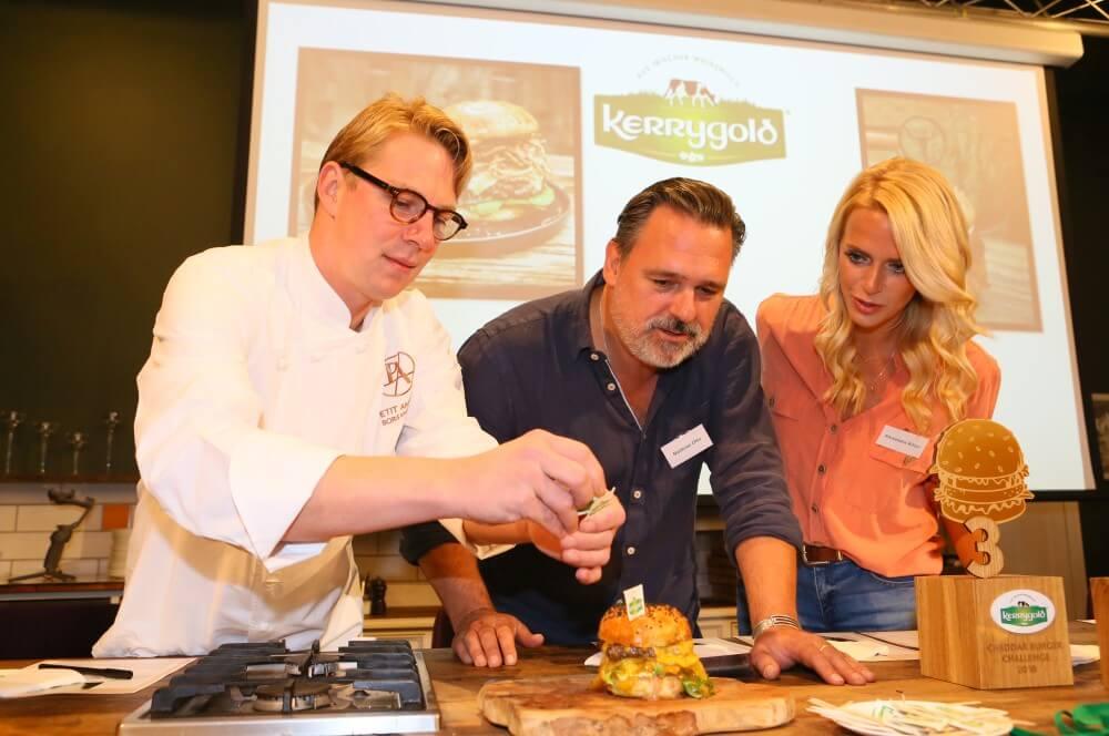 Die Burger werden von der Jury verkostet kerrygold cheddar burger challenge 2019-Kerrygold Cheddar Burger Challenge 2019 Finale 17-Kerrygold Cheddar Burger Challenge 2019 – Das Finale