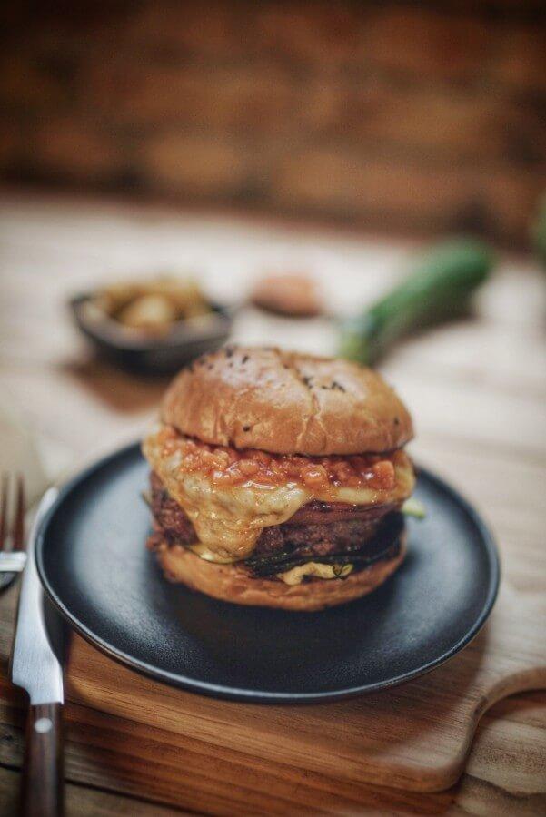Der Melonchini Burger von Kevin Theermann kerrygold cheddar burger challenge 2019-Kerrygold Cheddar Burger Challenge 2019 Finale Burger01-Kerrygold Cheddar Burger Challenge 2019 – Das Finale