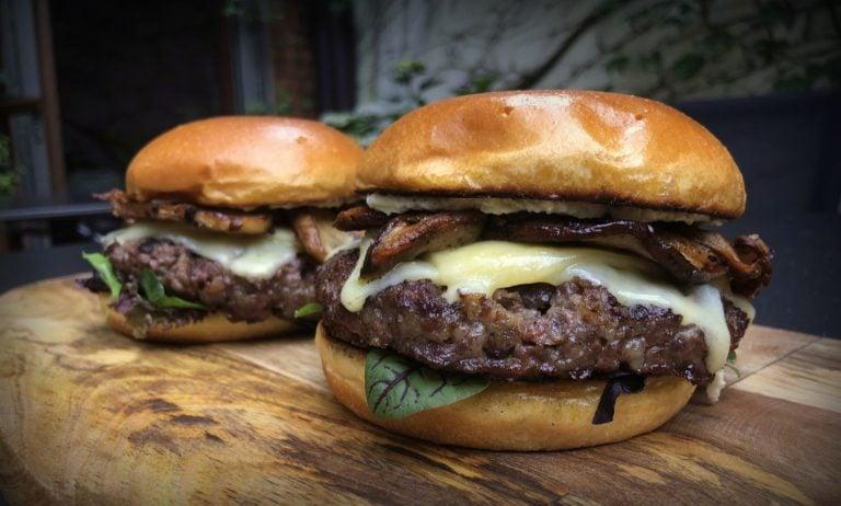 Steinpilz-Burger mit Vintage Cheddar und Wildkräutersalat