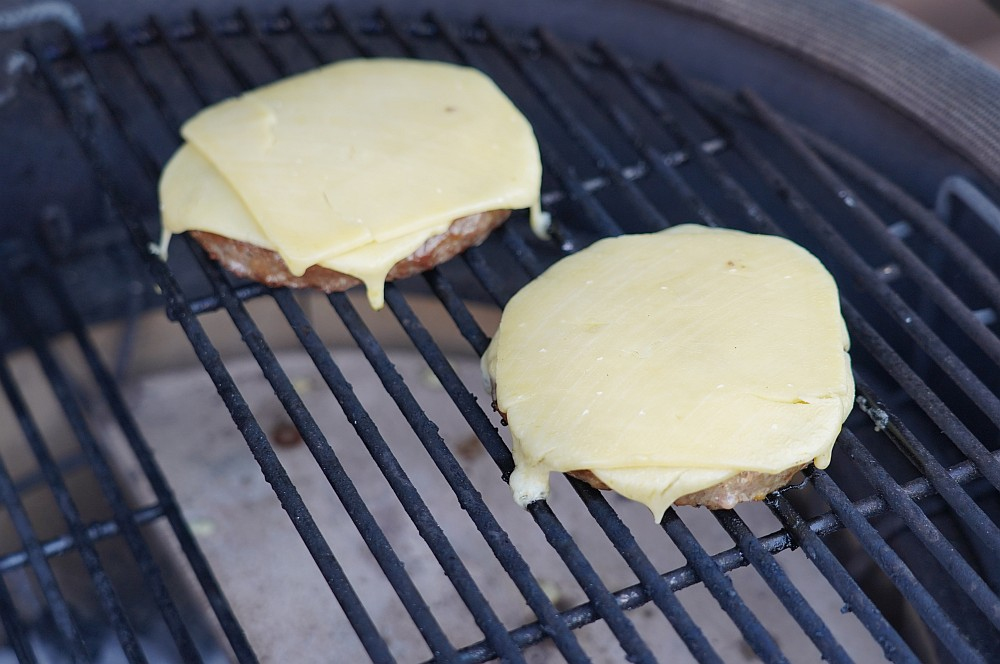 Der Vintage Cheddar wird auf den Patties angeschmolzen steinpilz-burger-Steinpilz Burger Vintage Cheddar Wildkraeuter Salat 03-Steinpilz-Burger mit Vintage Cheddar und Wildkräutersalat