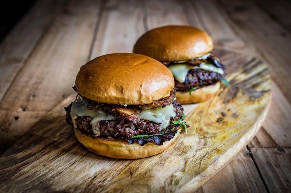Steinpilz-Burger mit Vintage Cheddar und Wildkräuter-Salat steinpilz-burger-Steinpilz Burger Vintage Cheddar Wildkraeuter Salat 04-Steinpilz-Burger mit Vintage Cheddar und Wildkräutersalat