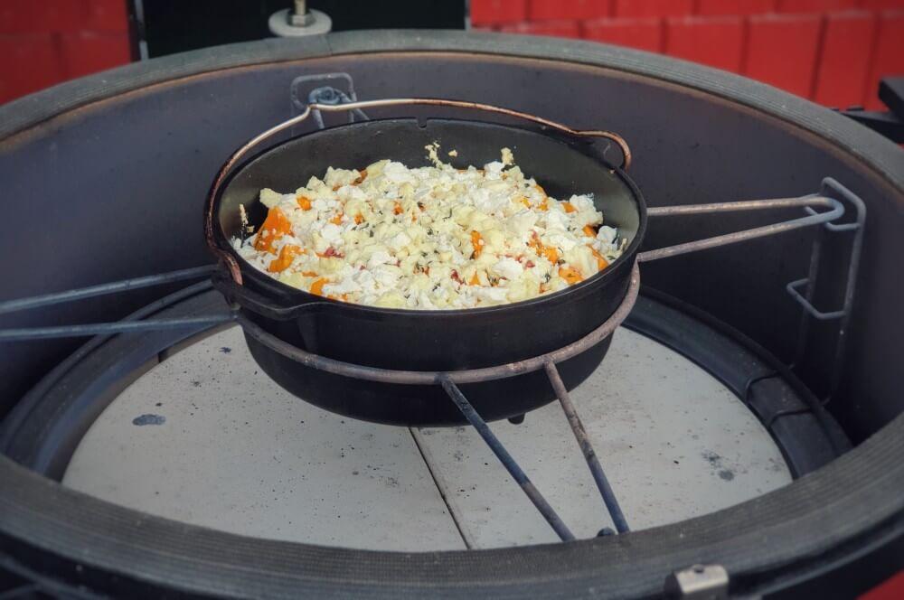 Das Kürbis-Gratin wird im Keramikgrill zubereitet kürbis-gratin-Kuerbis Gratin Feta Kartoffeln 04-Kürbis-Gratin mit Feta und Kartoffeln