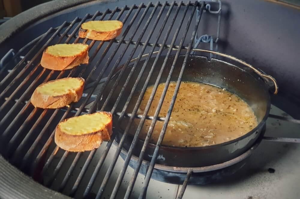 Das Baguette wird mit Käse überbacken zwiebelsuppe-Zwiebelsuppe Dutch Oven 05-Zwiebelsuppe nach französischer Art