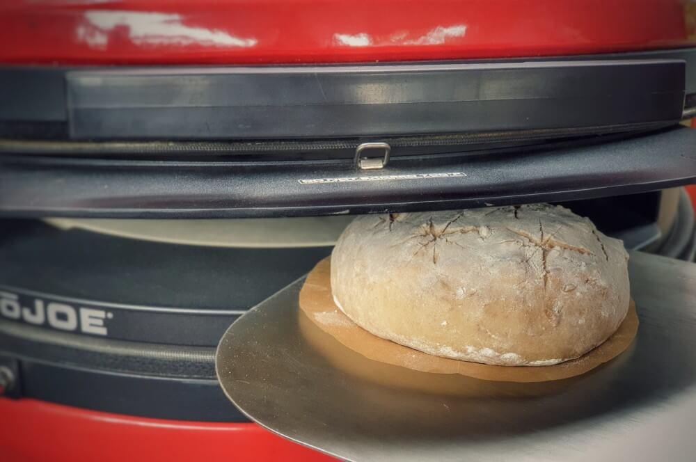 Das Walnussbrot wird in den Grill geschoben walnussbrot-Walnussbrot 05-Walnussbrot – Rezept für das aromatische Nussbrot