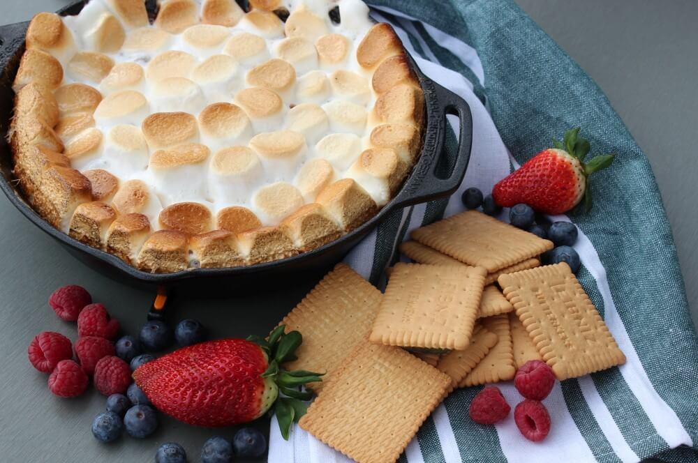 S'Mores-Dip mit Butterkeksen und frischen Früchten s'mores-dip-Smores Dip 04-S'Mores Dip – Die unverschämt süße Leckerei aus den USA