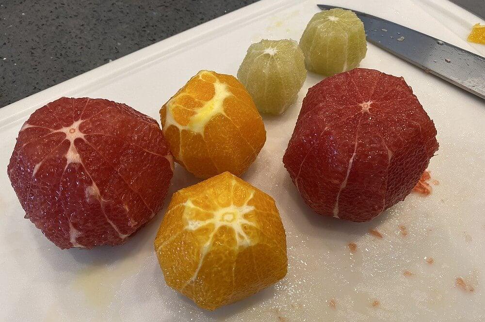 Die Schale der Früchte wird samt weißer Haut abgeschnitten zitrus-salsa-Zitrus Salsa 02-Zitrus-Salsa mit Orangen, Grapefruits und Limetten
