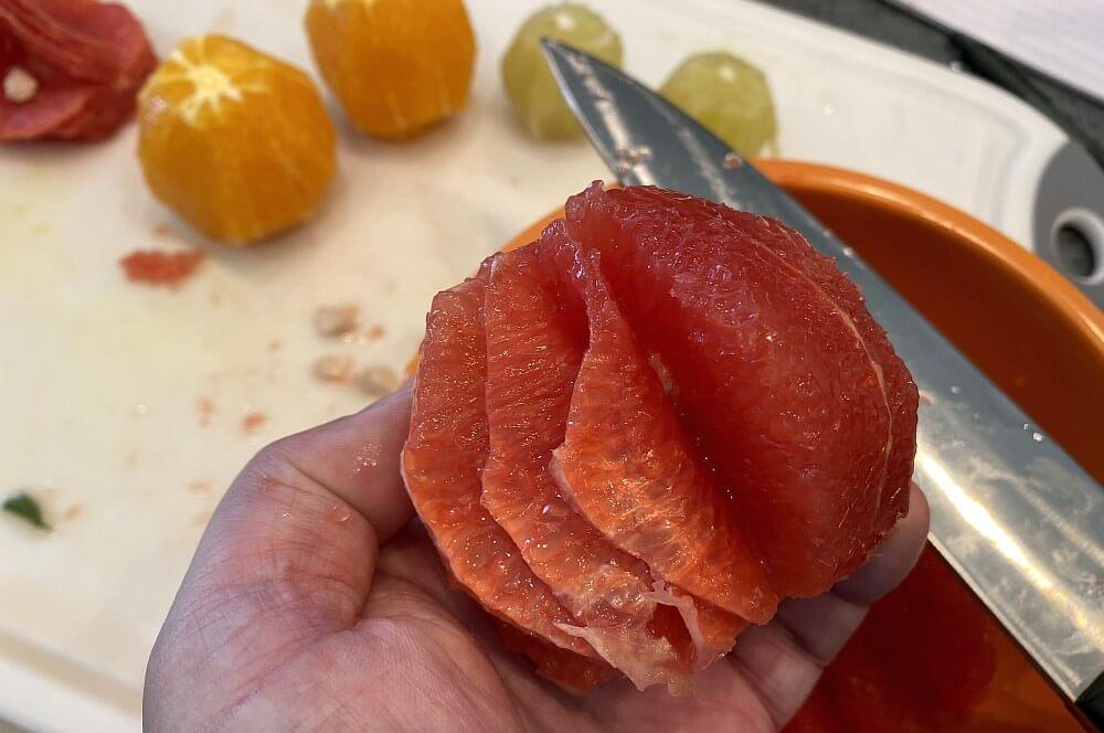 Die Grapefruits werden filetiert zitrus-salsa-Zitrus Salsa 03-Zitrus-Salsa mit Orangen, Grapefruits und Limetten