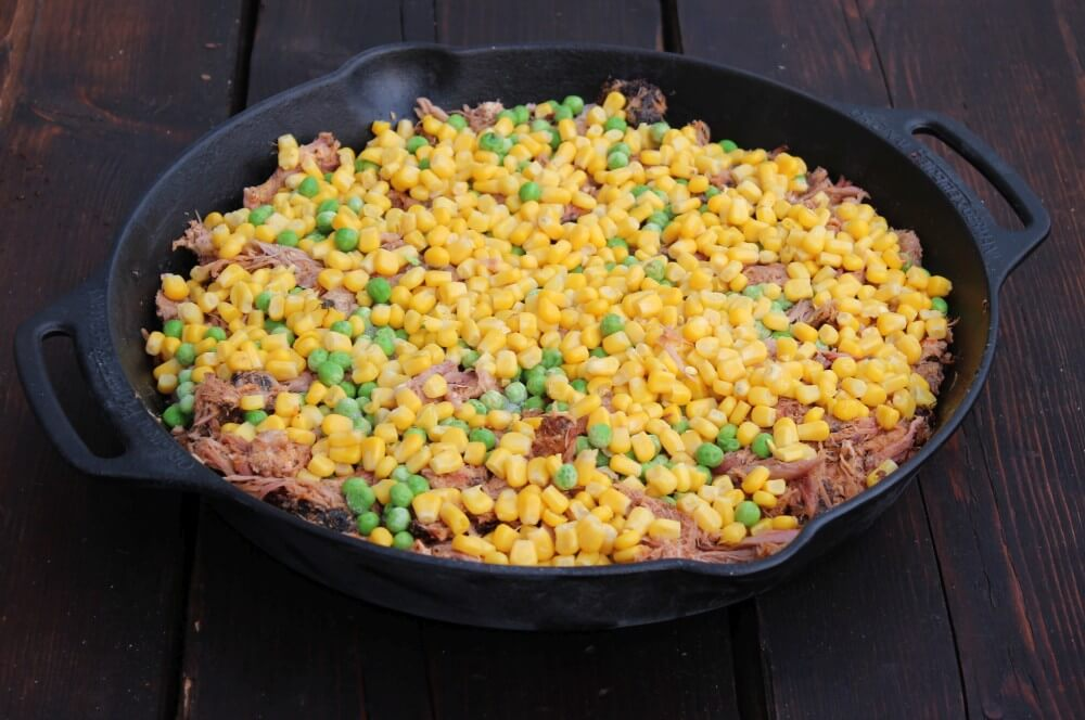 Das Gemüse wird  über dem Pulled Pork verteilt pulled pork shepherd's pie-Pulled Pork Shepherds Pie 02-Pulled Pork Shepherd's Pie