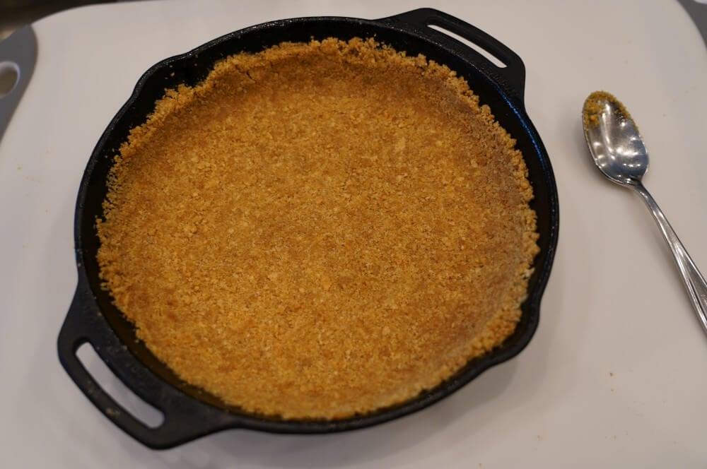 Der Kuchenboden wird aus Kekskrümmeln gemacht  key lime pie-Key Lime Pie 02-Key Lime Pie – Das Original-Rezept aus Florida key lime pie-Key Lime Pie 02-Key Lime Pie – Das Original-Rezept aus Florida
