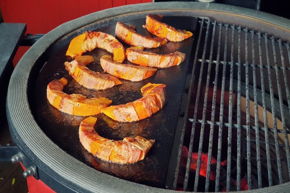 Gegrillter Kürbis auf dem Keramikgrill gegrillter kürbis-Gegrillter Kuerbis Hokkaido Bacon 03-Gegrillter Kürbis im Speckmantel