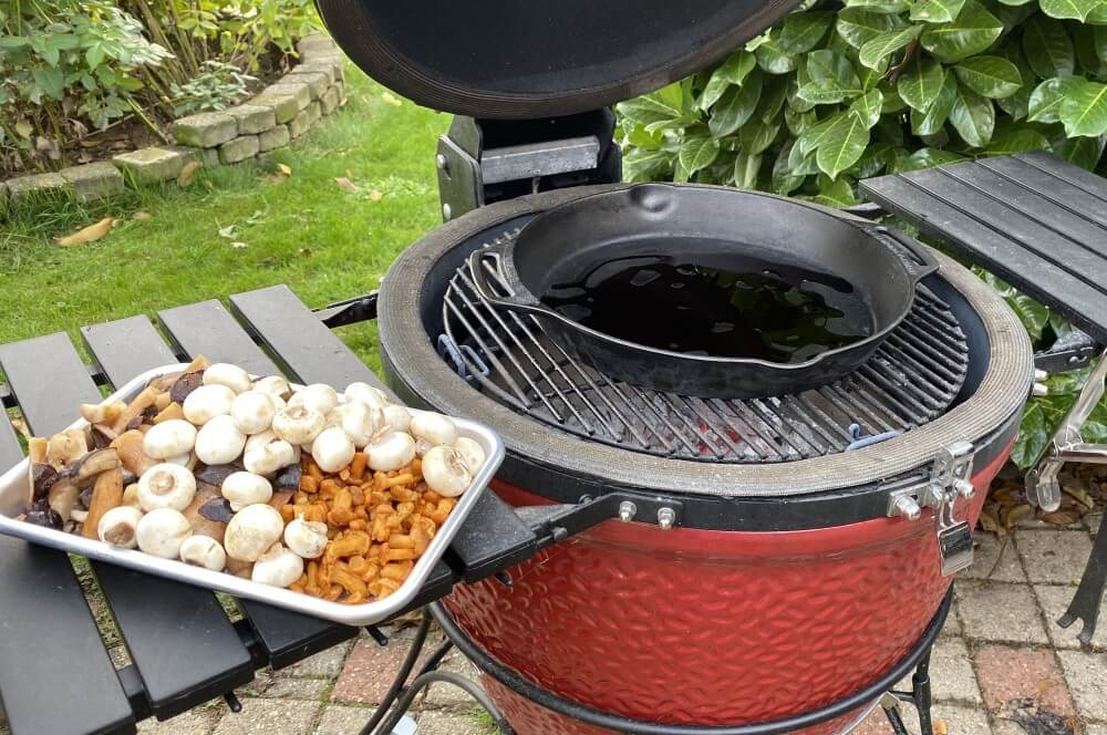 Der Grill wird für das Pilzragout vorbereitet kartoffelbuchteln auf pilzragout-Kartoffelbuchteln Pilzragout 02-Kartoffelbuchteln auf Pilzragout