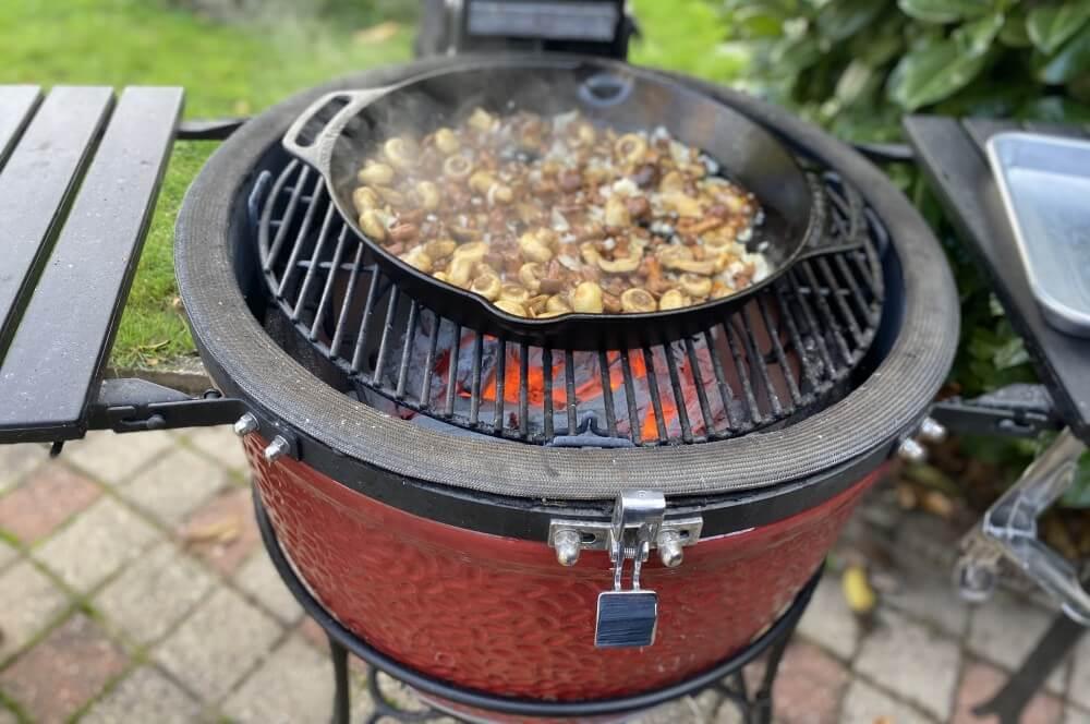 Die Pilzpfanne wird einreduziert kartoffelbuchteln auf pilzragout-Kartoffelbuchteln Pilzragout 03-Kartoffelbuchteln auf Pilzragout