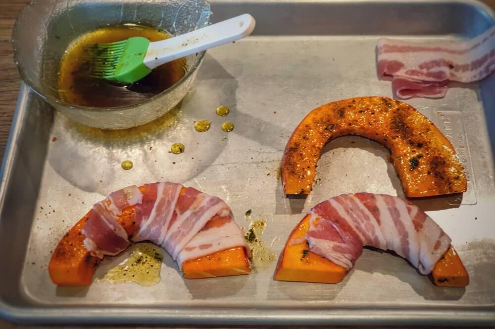 Der Kürbis wird mit Bacon umwickelt bürgermeisterstück-Buergermeisterstueck Tri Tip Kuerbis Kartoffeln 03-Bürgermeisterstück mit Bacon-Kürbis und gerösteten Kartoffeln