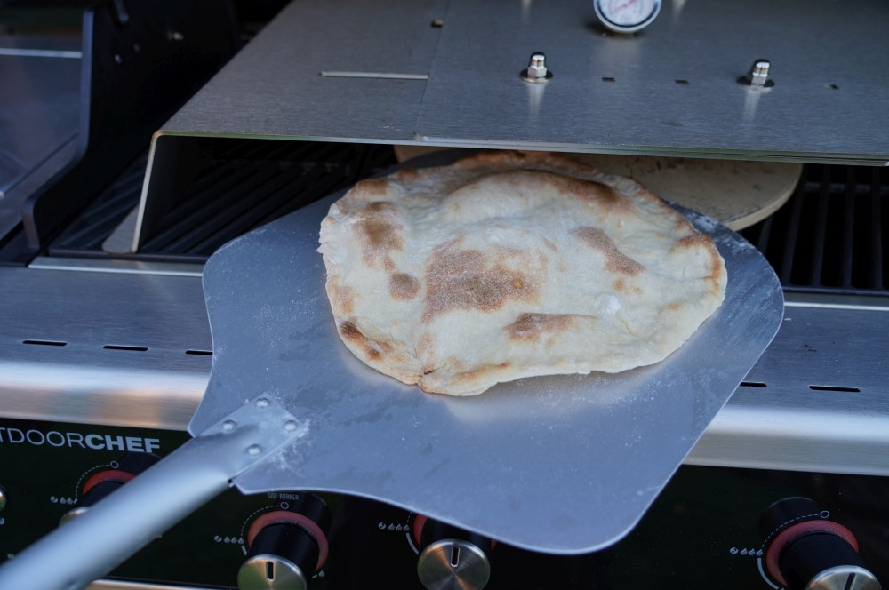 Der Pizzaboden wird unter dem Moesta-BBQ Pizzacover gebacken süße pizza-Suesse Pizza 02-Süße Pizza mit Schokolade, Bananen und Pistazien