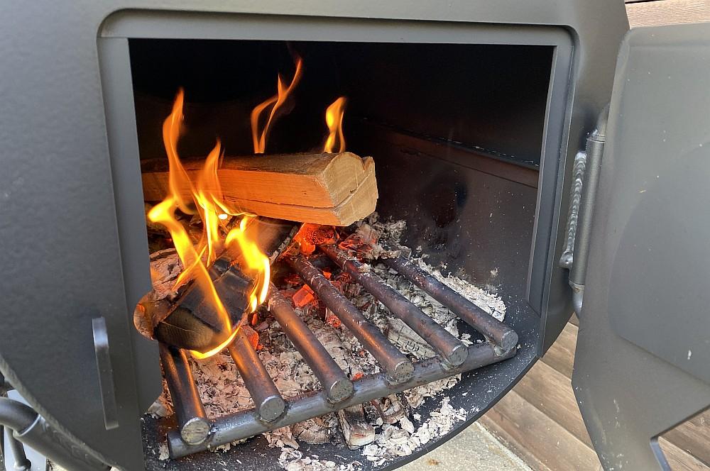 Alle 20-30 Minuten wird ein Holzscheit nachgelegt schweinebraten aus dem smoker-Schweinebraten Smoker Braten 06-Schweinebraten aus dem Smoker