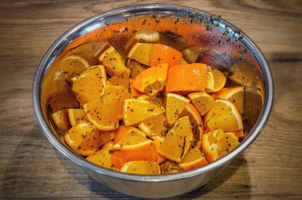 Die Orangenstücke werden mit den Gewürzen vermengt ente à l'orange-Ente a lorange 02-Ente à l'Orange