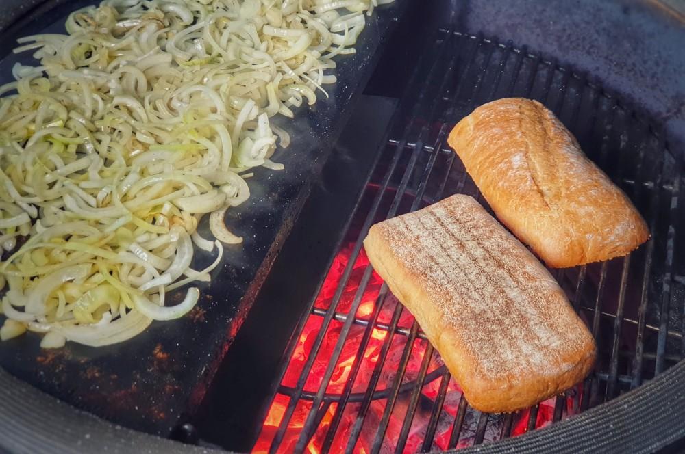 Das Ciabatta wird getoastet und die Zwiebeln gebräunt kubanisches steak-sandwich-Kubanisches Steak Sandwich Cuban 04-Kubanisches Steak-Sandwich – Cuban Steak Sandwich kubanisches steak-sandwich-Kubanisches Steak Sandwich Cuban 04-Kubanisches Steak-Sandwich – Cuban Steak Sandwich