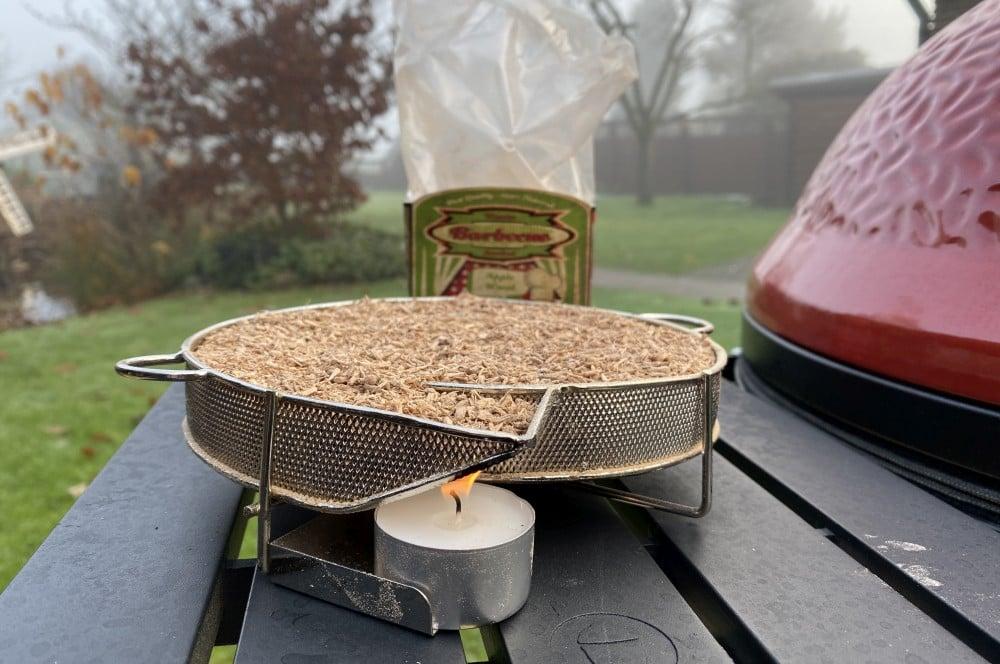 Der Kaltrauchgenerator wird mit einem Teelicht entzündet käse räuchern-Kaese raeuchern geraeucherter Kaese 02-Käse räuchern – Geräucherten Käse selber machen