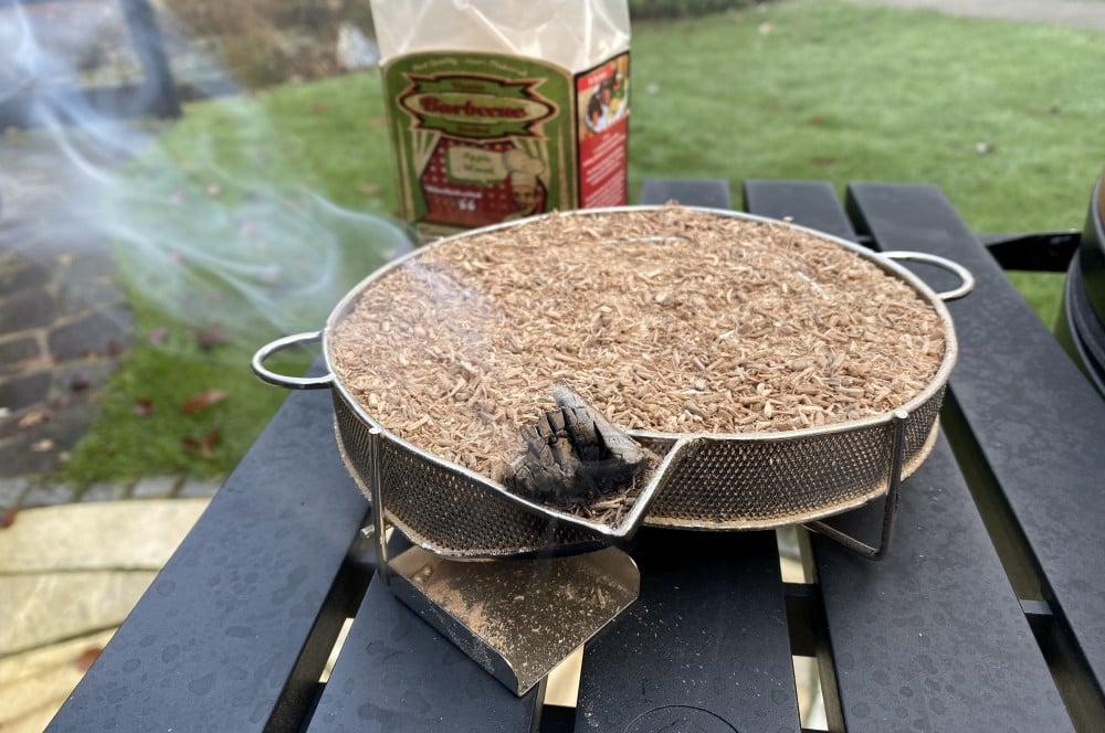 Der Kaltrauchgenerator kann auch mit Holzkohle entzündet werden käse räuchern-Kaese raeuchern geraeucherter Kaese 03-Käse räuchern – Geräucherten Käse selber machen