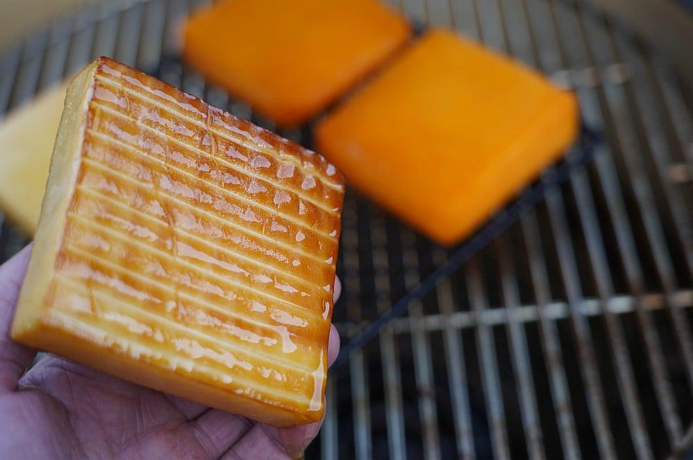 Goldgelb geräucherter Kerrygold Vintage Cheddar käse räuchern-Kaese raeuchern geraeucherter Kaese 07-Käse räuchern – Geräucherten Käse selber machen