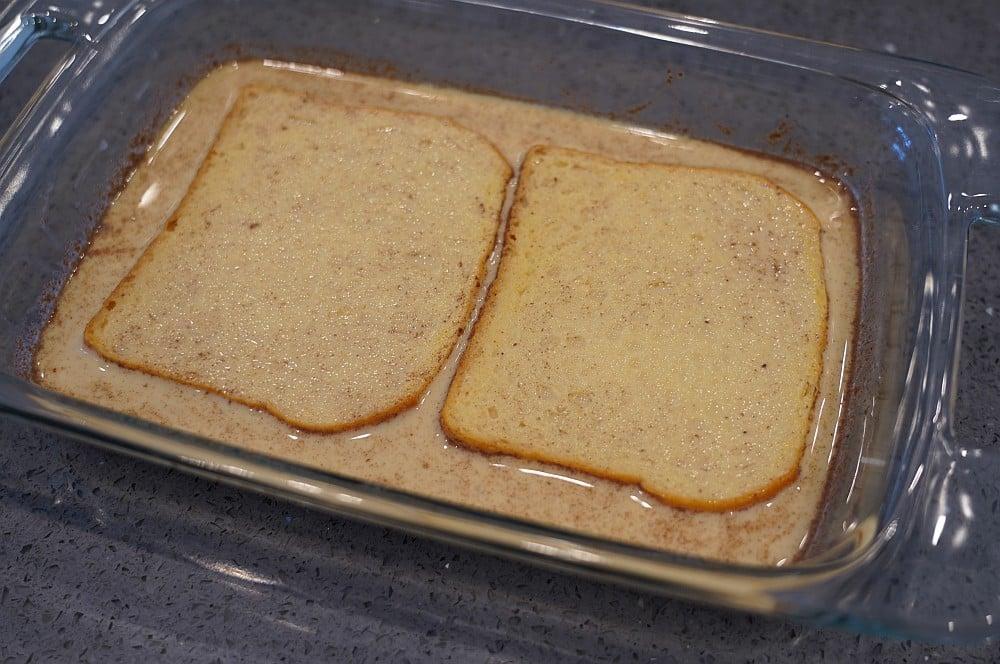 Хлеб помещается в яично-молочную смесь французский тост-французский тост Бедный рыцарь 02-французский тост с фруктами & #8211; Бедный рыцарь по-американски