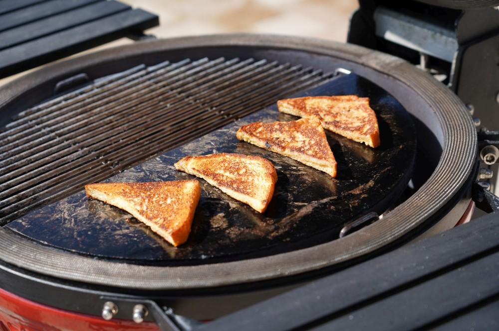 Французский тост на камадо Джо французский тост-французский тост Бедный рыцарь 03-французский тост с фруктами & #8211; Бедный рыцарь по-американски