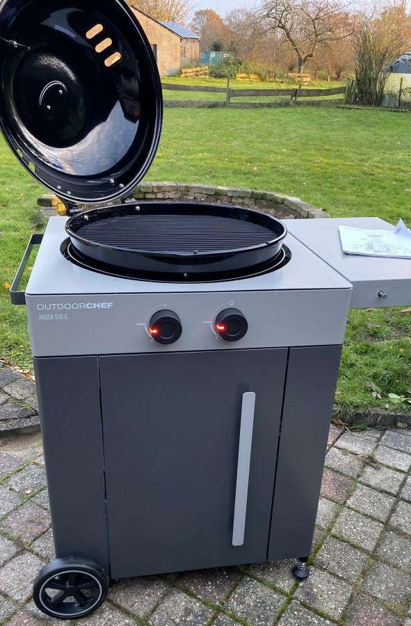 Der Deckel lässt sich dank des verbesserten Schaniers weit öffnen outdoorchef arosa 570 g grey steel-Outdoorchef Arosa 570 G Steel 15-Outdoorchef Arosa 570 G Grey Steel – Perfektion des Gas-Kugelgrills