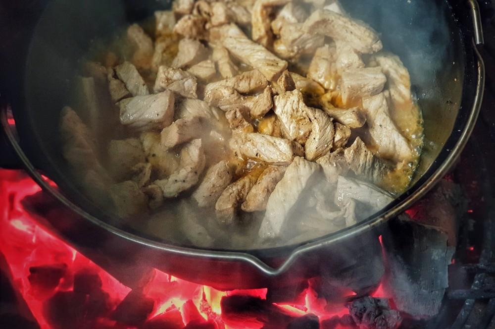 Das Fleisch wird im Dutch Oven angebraten geschnetzeltes-Geschnetzeltes in Dunkelbiersauce 02-Geschnetzeltes in Dunkelbiersauce