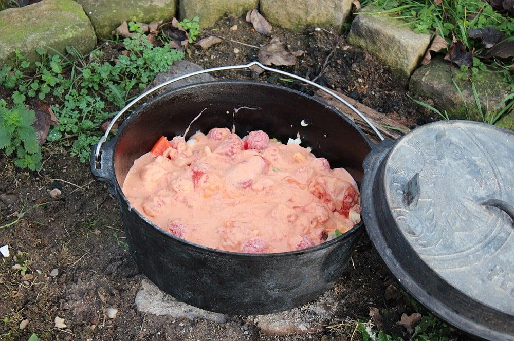 Die Sauce wird eingerührt pfundstopf-Pfundstopf Dutch Oven 04-Pfundstopf – Das Partyrezept aus dem Dutch Oven