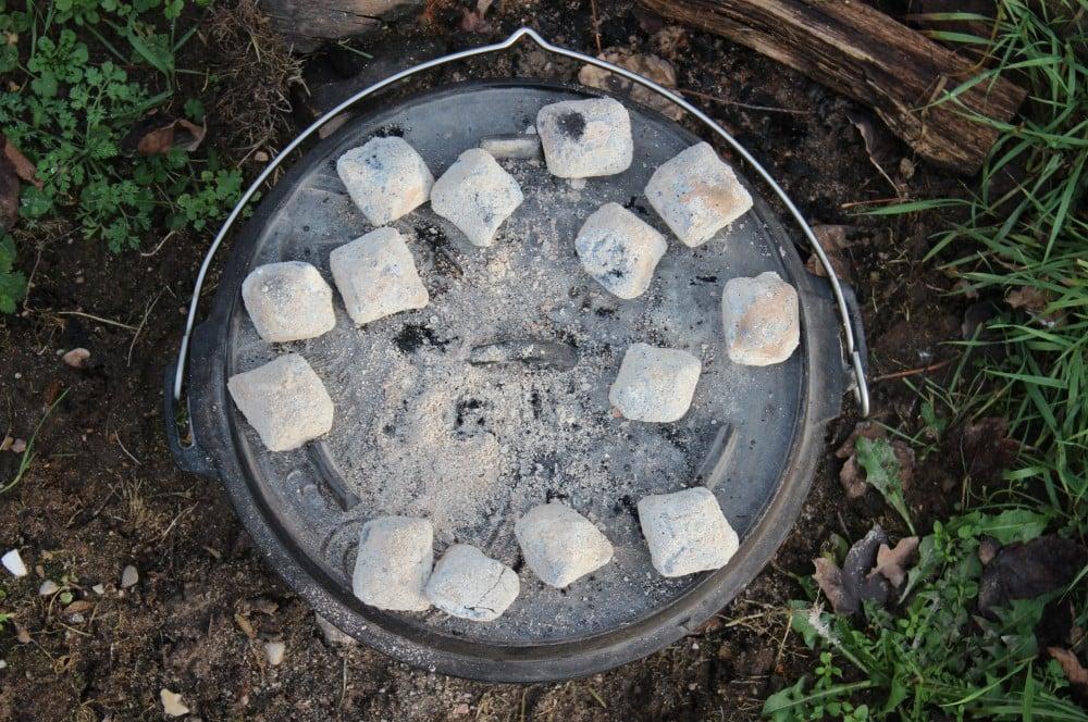 14 Kokoko Eggs auf dem Deckel und 10 Stück unter dem Dutch Oven pfundstopf-Pfundstopf Dutch Oven 05-Pfundstopf – Das Partyrezept aus dem Dutch Oven