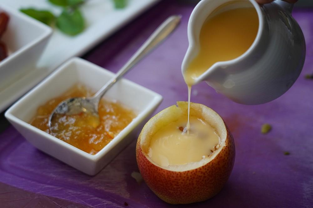 Die Birnen werden mit Marmelade und Eierlikör gefüllt gefüllte birnen-Gefuellte Birne Planke 02-Gefüllte Birnen von der Planke